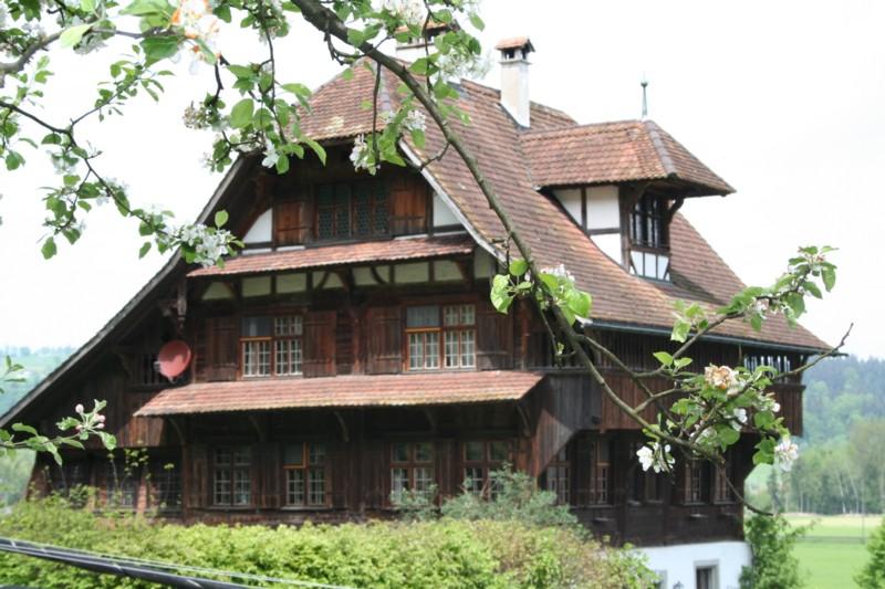 Wohnhaus mit Kleintierpraxis und Parkplätzen
